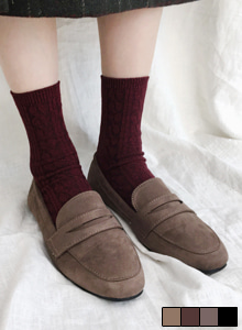 66GIRLSSolid Tone Faux Suede Loafers