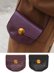 66GIRLSGold-Tone Closure Seam Accent Saddle Bag
